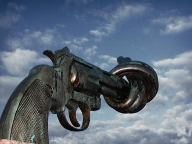 """Sculpture symbole de """"Non-Violence"""" réalisé par Carl Fredrik Reuterswärd (Malmö - Suède) from http://commons.wikimedia.org/wiki/File:Non_violence_sculpture_by_carl_fredrik_reutersward_malmo_sweden.jpg"""